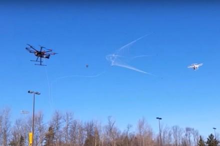 Hálóval ugrik ellenfelére a drónvadász drón